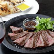 A4ランクの国産黒毛和牛をペレット窯の高温でギュッと旨みを閉じ込めたステーキ。表面はカリッと芳ばしく、中はロゼ色のジューシーな仕上がりです。噛むほどに旨みが口いっぱいにあふれ、食べ応え抜群です。