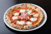 540度の高温で一気にサッと焼き上げる『2.たっぷりチーズのマルゲリータ~生ハム添え~』