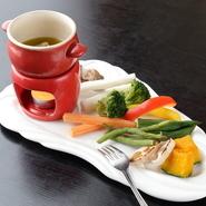 普段なかなか摂れない野菜をたっぷり摂取。素材の甘みが引き出された焼き野菜は、いくらでも食べられてしまいそう。バーニャカウダかチーズフォンデュでヘルシーに満腹になれる、ギルティフリーなランチです。