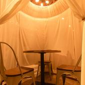 まわりを気にせず2人だけの空間が楽しめる、人気のテント席