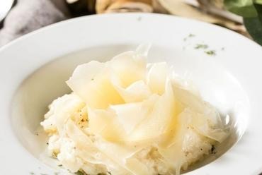 味と彩りと食感が楽しめる温かいサラダを、ナイフとフォークで食す『炙りシーザーサラダ温玉のせ』