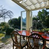 陽光とそよ風が心地良い。広い庭に面したテラス席でくつろぐ