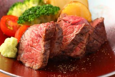 肉の旨味が濃い!ニンニクとの鉄板の組み合わせ『淡路牛炭火焼き ニンニクソース』