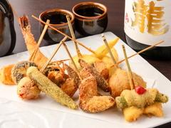 季節毎に変わる、当店おすすめの串揚げを12種と、デザートにはその時々のフルーツ串をご用意致しております