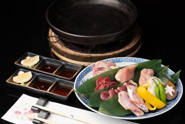 陶板焼ならではの食感を堪能『うまかハーブ鳥の盛り合せ(陶板焼)』