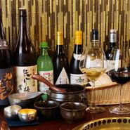 フランスを中心に100種類ほどのワインを用意。フルーティーなものからドライなタイプまで幅広く揃えています。ほかにも、日本酒や焼酎、生マッコリ、カクテル、ハイボール、ホッピーなど、あらゆるお酒がずらり。