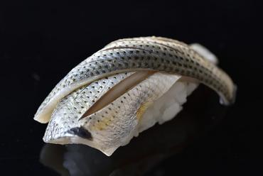 艶やかに光る姿が美しい、江戸前鮨の代表格『小肌』