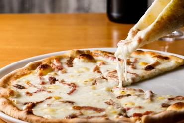 クリーミーでよく伸びる、地元産チーズたっぷりの『ゴーダチーズのピザ』(ベーコンとアンチョビ)