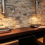 広々快適なカウンター席を設え、座席の間隔をゆったりとった1名様用スペースをご用意。自分のペースで焼肉三昧を楽しめます。ランチ・ディナーとも、どうぞお気軽にご利用ください!