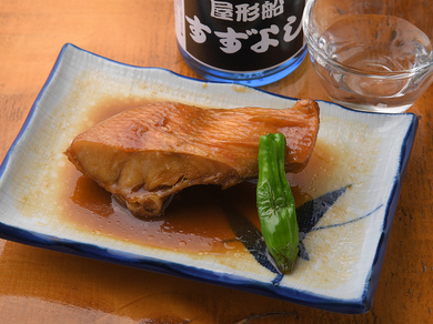 肉厚な金目鯛にしみ込んだ甘みとコクがある伝統の味は、創業以来の人気メニュー『金目鯛の煮つけ』