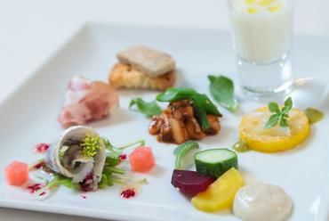 季節の滋味の宝庫。野菜・鮮魚・肉で彩る『前菜7種盛り合わせ』