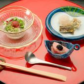日本各地から仕入れた旬の食材を使い、多彩な一皿に昇華する