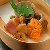 旬食材を使った前菜を盛り合わせた『まげワッパ盛り』