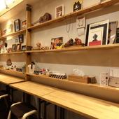 数々のアート作品を鑑賞できる壁沿いのカウンター席
