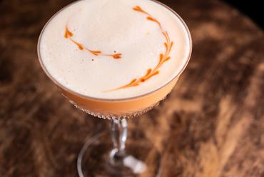 """全世界で愛飲される伝統カクテルに""""フリップ""""を用いて表現した『ネグローニフリップ』"""