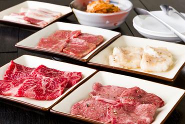 5~6種類の肉と、キムチやサンチュなどの野菜メニュー1種類を盛り合わせた『おまかせセット』