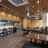 オシャレであたたかな木目調 カフェのようなラーメン店