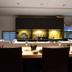 食事しながら職人技を眺めることが出来るカウンター席は、多くの客人が座りたいと思う席だそう。今日も、武田氏を間近で見ることが出来る面前の席から埋まっていきます。