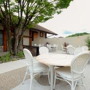 九州の蔵元でつくるオリジナル焼酎『迎賓館』のさっぱりとしたフルーティーな味わいが肉の味を更に引き立てます。祝いの席やデートにはかかせないワインも魅力的な品揃えです。