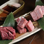 濃厚な味わいが特徴の『ハネシタ』『中落カルビ』『赤身のランプ肉』をステーキカットで味わう『通の厚切り3種盛り』。肉の個性がダイレクトに伝わる厚切りの肉は噛みしめる度に旨みが口の中に広がります。