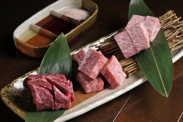『ハネシタ』『中落カルビ』『赤身のランプ肉』をステーキカットで楽しむ『通の厚切り3種盛り』