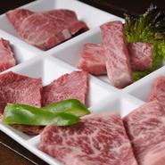 その日仕入れた肉の中から板長厳選の部位が満喫できる『板長のおすすめ六種盛り』。 あっさりとした味わいの赤身肉と濃厚な旨みの霜降り肉がどちらも味わえる、女性にも人気の一皿です。