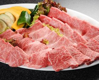 和牛・黒豚・地鶏・シーフード・焼き野菜の盛り合わせなど、バランスよく構成お野菜もたっぷり。