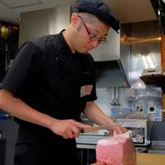 「お客様を第一に考えた料理の提供やサービスを大切にしている。」と話す江口氏。若いスタッフにも浸透しているその思いは、細かな目配り気配りから感じられます。
