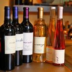 ソムリエ資格を持つ料理人が店の料理に合うワインを選りすぐり。カリフォルニアの名門「ケンゾーエステイト」はフルラインナップ。フランスの小さなメゾンが醸すシャンパーニュ、注目のヴァンナチュールなども充実。