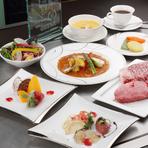 コースの開幕は、山浦農園のサラノバレタスと旬食材、ラトビア産キャビアで織りなすオードブルサラダから。サラノバレタスの風味・食感とキャビアが絶妙にマッチ。リモージュの名陶、ジャンルイ・コケの皿でご提供。