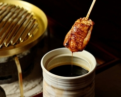 丹念に育てられた鶏の炭火焼は、素朴な旨みが味わい深い一品。 味わい深く風味豊かな白湯鍋とともに。