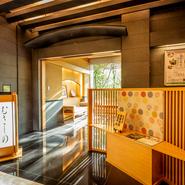 【ホテルカデンツァ光が丘】の中の趣ある日本料理店。玄関から入ると庭園の美しさに目を奪われます。
