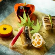 コースの前菜は季節の素材をたっぷり用い、彩り豊かな盛り付けも魅力。写真は一例。『かます小袖寿司』『鬼灯盛フォアグラ羹』『新丸十蜜煮』『鮎風干し酢取り茗荷』『新蓮根黄味寿司』の盛り合わせです。