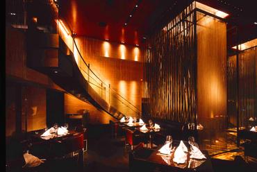 NYのレストランを彷彿させる店内と天高8mの空間