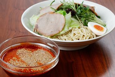 冷たいつゆにはたっぷりのごま、キリッとした辛みと深みのある味わい『つけ麺(冷)』(普通盛 1.5玉)