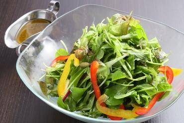 シャキシャキ感がたまらない!『7種新芽サラダ フレッシュオリーブ仕立て』