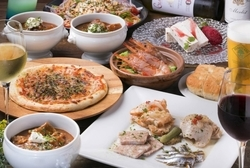 気の合う仲間やパートナーと語り合ったり。素敵な雰囲気の中、お食事をごゆっくりお楽しみください。