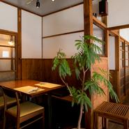 【ALBERO】はもと下宿屋だった旧い建物の2階に位置します。元の造作をできるだけ残して改装した店内には時の流れが息づいているようで、柔らかな空気感に和みます。