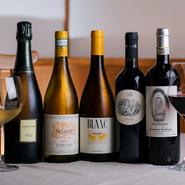 ワインのほとんどはイタリア産。リーズナブルなデイリーワインからヴィンテージものまで、バリエーション豊富に揃えています。料理に合わせる銘柄選びは気軽にスタッフまでご相談ください。