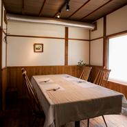 静かに時間が流れる、趣きある個室は4名~7名で利用可能です。ビジネスの接待・会食からプライベートなパーティーまで、幅広く利用されています。