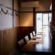 ワイングラス片手にいつまでも語り合っていたい、落ち着けるカウンター席。シェアして食べられるボリュームのある料理とお酒、最後は自家焙煎珈琲で、豊かなひとときを過ごせます。