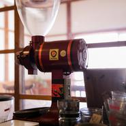 店内で煎り立て・挽き立て・淹れ立ての香り高く味わい深いコーヒーは、おすすめの数種の単一豆と、【ALBERO】オリジナルブレンドがあります。コーヒー豆の販売も好評です。
