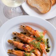 女子会には魚介と白ワインの組み合わせも欠かせません。お刺身でも食べられる新鮮で歯応えのある赤エビをシンプルにオーブン焼きで。『本日の鮮魚の一皿』はスタッフまでおたずねください。