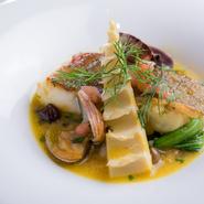 写真の『イサキとアサリといろいろ野菜のヴァポーレ』は初夏の一品。柳橋連合市場より、新鮮な野菜を吟味して仕入れています。