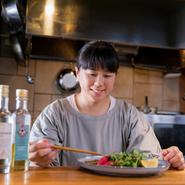 渡邉志津香氏はシェフとして季節ごとの素材に向き合い、素材を輝かせる料理を創造し続けるとともに、「居心地のいい居場所づくり」を大切にしています。