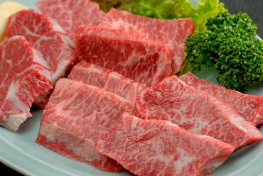 『ハラミの三種盛り』は和牛の角膜、サガリ、並ハラミの食べ比べが楽しめる、満足感の高い一皿