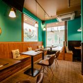 エメラルドグリーンの美しい壁面。ゆったりと過ごせる憩いの空間