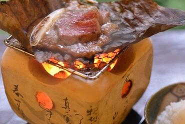 うかい竹亭名物料理「特選牛朴葉焼」