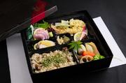 煮物 天ぷら 焼き物 刺身の入ったお弁当。 刺身抜きも出来ます。