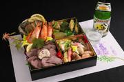 チョット贅沢な大人のお酒のあてです。 沢山の食材をお楽しみ頂けます。 ローストビーフか鮮魚盛り合わせをお選び頂きます 日本酒付きは、¥5790